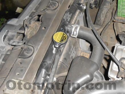 Buka kap mesin untuk periksa radiator