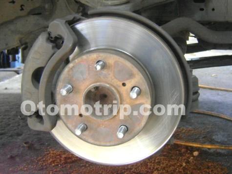 Cara Mengganti Kampas Rem Cakram Mobil atau Brake Pad Depan
