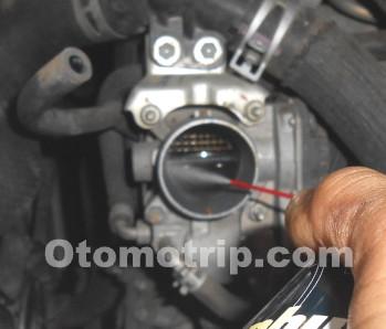 Bersihkan-throttle-valve-dengan-cleaner