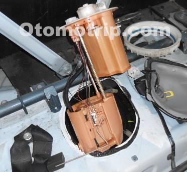 Pompa bensin mobil injeksi di tangki bensin