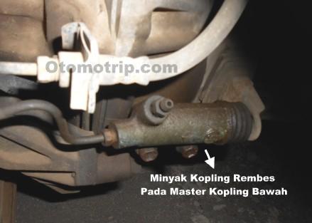 Minyak kopling merembes dari master kopling bawah menyebabkan kopling tidak berfungsi